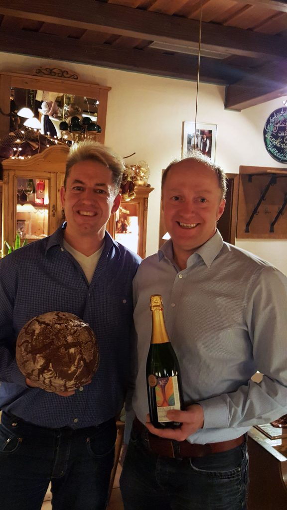 Winzer Harald Wörner und Bäckermeister Michael Oppel v. l. n. r.